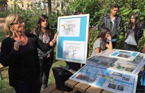Erläuterte den Gästen die Planungswege: Geografie- und Klassenlehrerin Stefanie Peuckmann. Fotos: Joachim vom Brocke