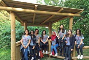 Die Ex-Schülerinnen (hier unter einem Wetterschutz) besuchen zwar nicht mehr die Gertrud-Bäumer-Realschule, wollten bei der Einweihung aber dabei sein.