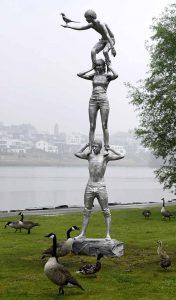 """Skulptur """"Totem mit Elster"""", Teil der """"Spirits of the Emscher Valley"""" von Lucy und Jorge Orta."""
