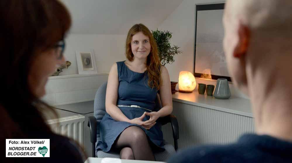 Diplom-Sozialarbeiterin Mareike Petrozza im Beratungsgespräch mit einem Ehepaar.