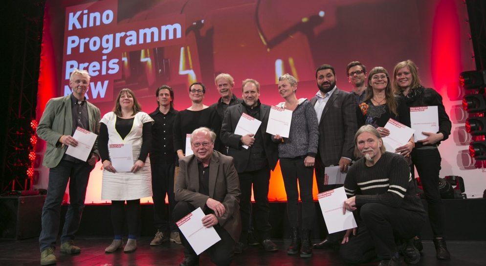 Kinoprogrammpreis NRW - Kinos in der Kategorie bis 13.000 Euro. Rechts außen unten: Peter Fotheringham, dahinter Suse Solbach (re) und Johanna Knott (li) vom sweetSixteen-Kino. Foto: Ralph Sondermann/Film- und Medienstiftung NRW