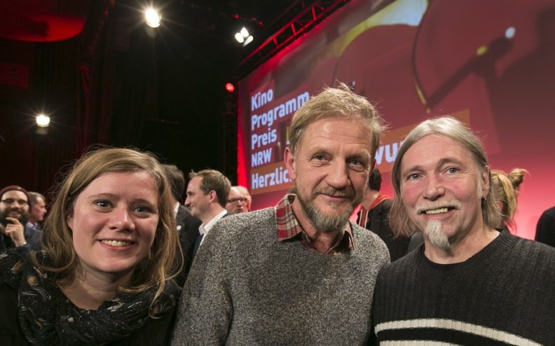 """""""Pate"""" Sönke Wortmann mit den Preisträgern Johanna Knott und Peter Fotheringham. Fotos: Ralph Sondermann/Film- und Medienstiftung NRW"""