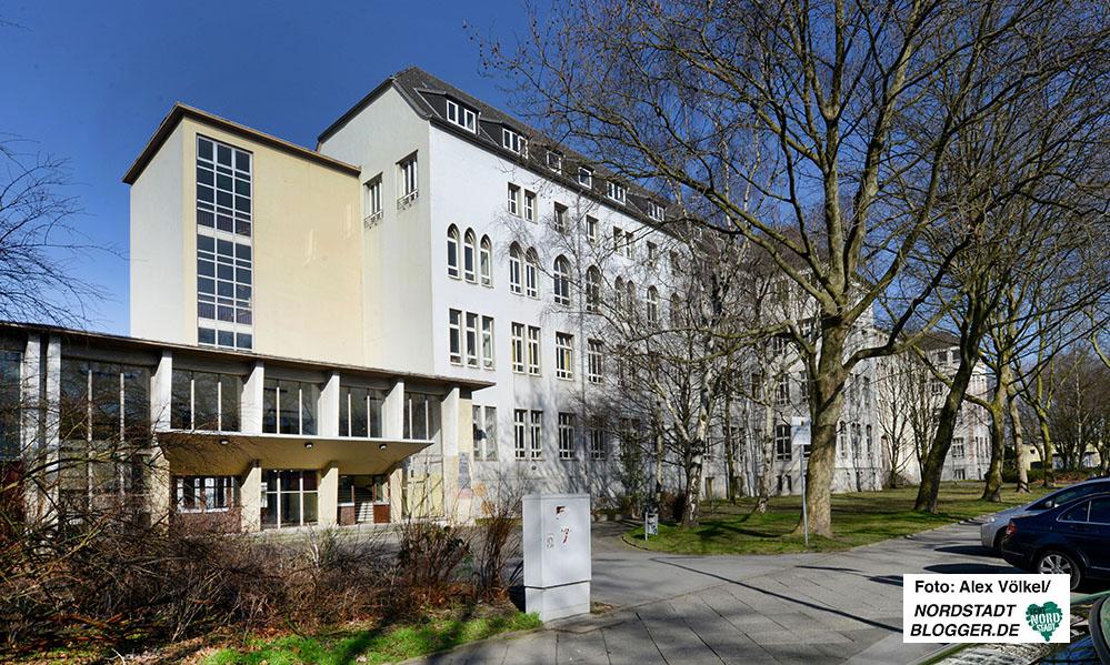 Die Mauer ist weg, dafür gibt es einen Vorbau. Doch der historische Komplex ist heute noch erkennbar. Heute wird das Gebäude von der Anne-Frank-Gesamtschule genutzt. Foto: Alex Völkel