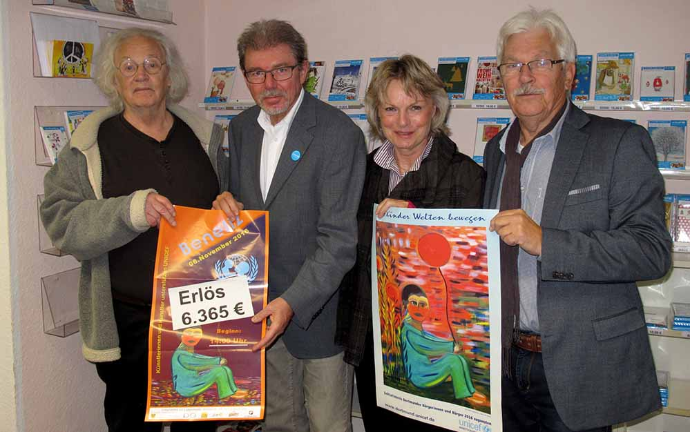 Auf dem Foto bei der Spendenübergabe : Albert Herzmann, Vorsitzender der Unicef AG Dortmund 2.v.li und vom Initiativkreis Walter Liggesmeyer, Monika Dürger und Georg Deventer ( v.li.) Foto: Susanne Seiler/ Unicef