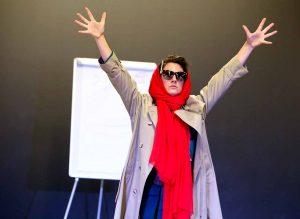 Bianka Lammert spielt Emma Stern, Agentin für Weltverbesserungspläne. Foto: Beate Hupfeld/TheaterDO