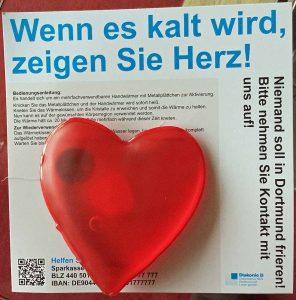Rote Herz-Kissen werden an Obdachlose verteilt. Der Handwärmer sorgt wenigstens 20 Minuten für warme Hände. Foto: Joachim vom Brocke