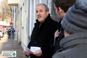 Der Kölner Künstler Gunter Demnig verlegt Stolpersteine in der Nordstraße zum Gedenken an von den Nazis ermordeten homosexuellen Männern. Frank Ahland informiert über Werner Großheide