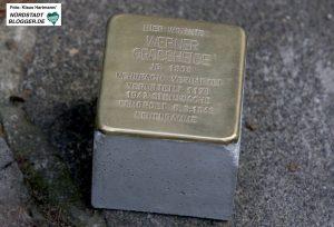 Der Kölner Künstler Gunter Demnig verlegt Stolpersteine in der Nordstraße zum Gedenken an von den Nazis ermordeten homosexuellen Männern
