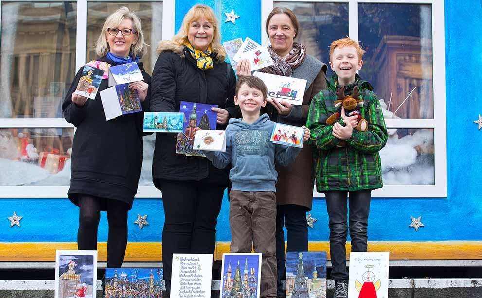 Der Kinderschutzbund verkauft im Kinderweihnachtsdorf Karten.