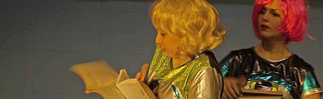 """""""Komplott Legal"""" bringt """"B.A. Bitches"""" auf der Bühne: Collagenhaftes Performance-Stück im Theater im Depot"""