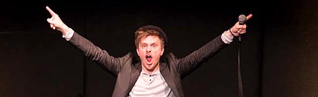 Fotostrecke: Stand-Up-Comedian Moritz Neumeier bei seinem Auftritt im Wichern Kulturzentrum in der Nordstadt