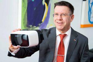 DSW21-Chef Guntram Pehlke mit einer VR-Brille. Foto: Dr. Claudia Posern/ DSW21