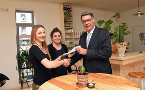 Milena und Jasna Rethmann mit Wirtschaftsförderer Thomas Westphal. Foto: Anja Kador/Stadt Do