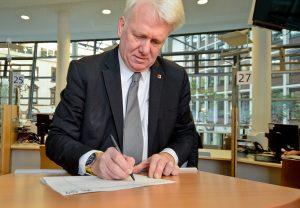 OB Ullrich Sierau hat als einer der Ersten in Dortmund für die Wiedereinführung unterschrieben. Foto: Roland Gorecki