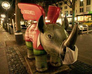 Den Nasnhörnern in der City verpassten die Greenpeace-Aktivisten einen Mundschutz.