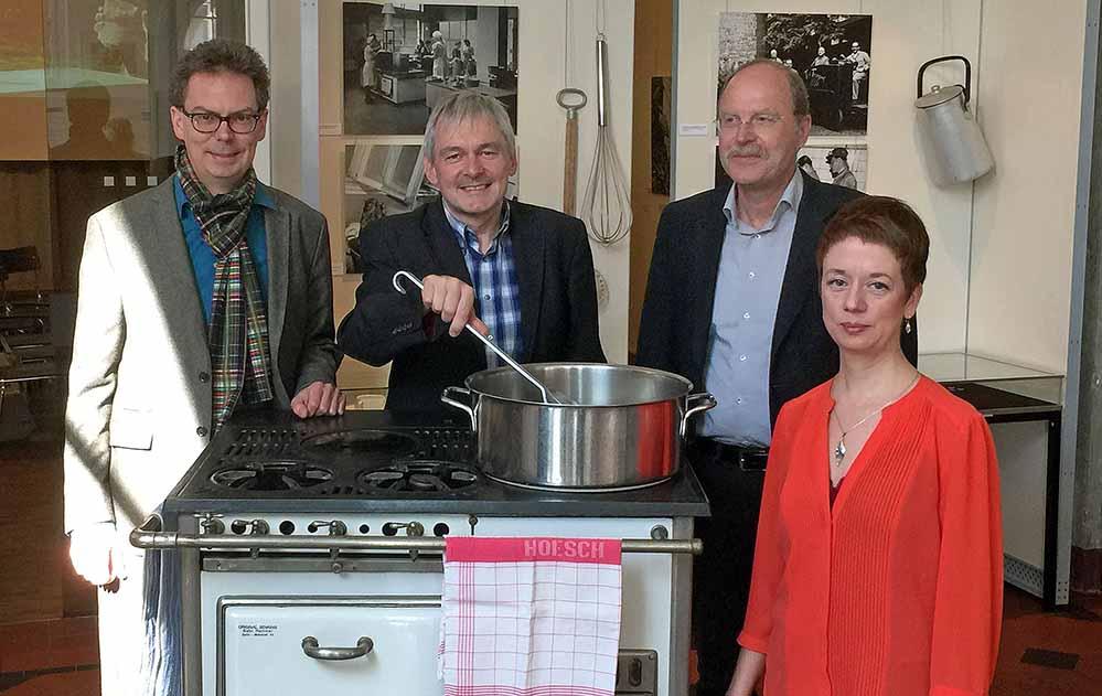 Bereiteten die Ausstellung vor: Dr. Jens Stöcker (MKK), Michael Dückershoff (Hoesch-Museum), Dr. Heinrich Tappe (Brauerei-Museum) Isolde Parussel (Deutsches Kochbuchmuseum). Foto: Joachim vom Brocke