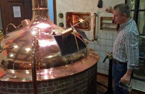 2000 Liter fast dieser Braukesssel im Hövels. Hier wurde das Fastenbier gebraut. Braumeister Martin Neuhaus erläuterte den Brauvorgang.