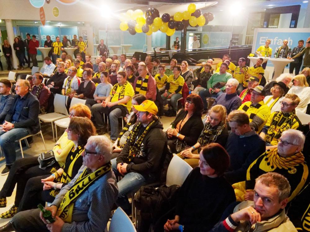 Die DEW21 hatte 150 KundInnen eingeladen, dem BVB-Spiel mit Matze Knop beizuwohnen. Fotos: Roland Klecker/ dofoto.de