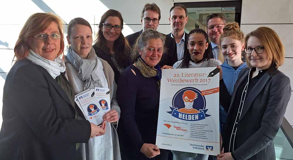 Freuensie auf eine zahlreiche Beteiligung am 22. Dortmunder Literaturwettbewerb: Veranstalter, Juroren und Schüler. Foto: Joachim vom Brocke
