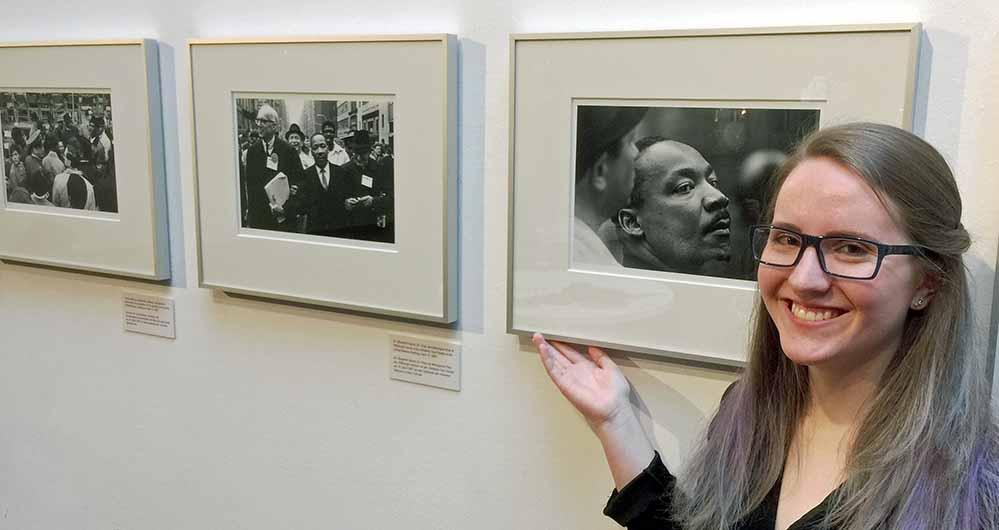 Carly Gettinger, amerikanische Praktikantin im MKK, ist Kuratorin der Ausstellung mit Bildern über Martin Luther King Jr..