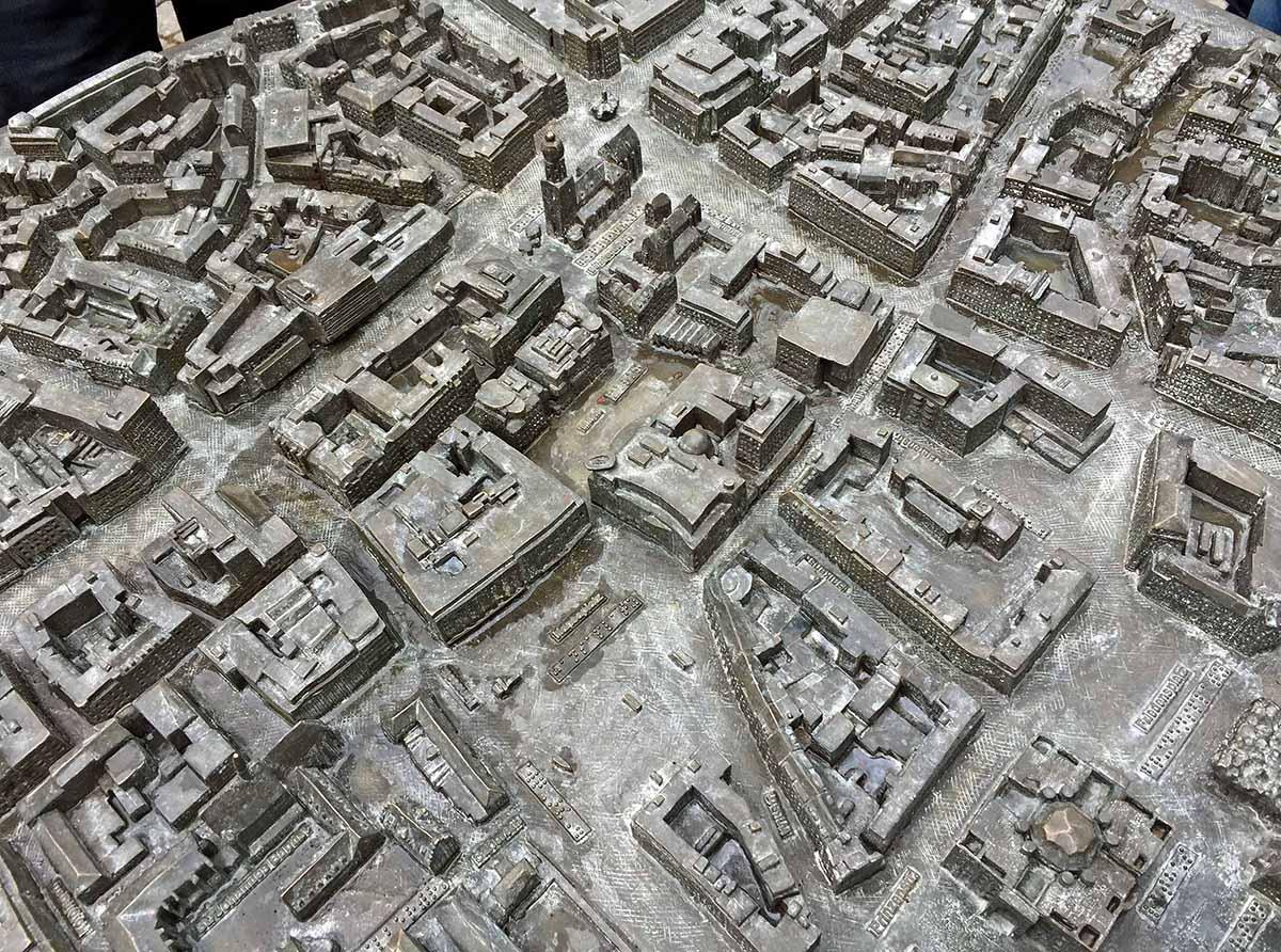 Ein kleiner Ausschnitt aus dem Bronzerelief. Es zeigt die City im Maßstab 1:800. Das Modell ist 1 Meter mal 1,50 Meter groß.