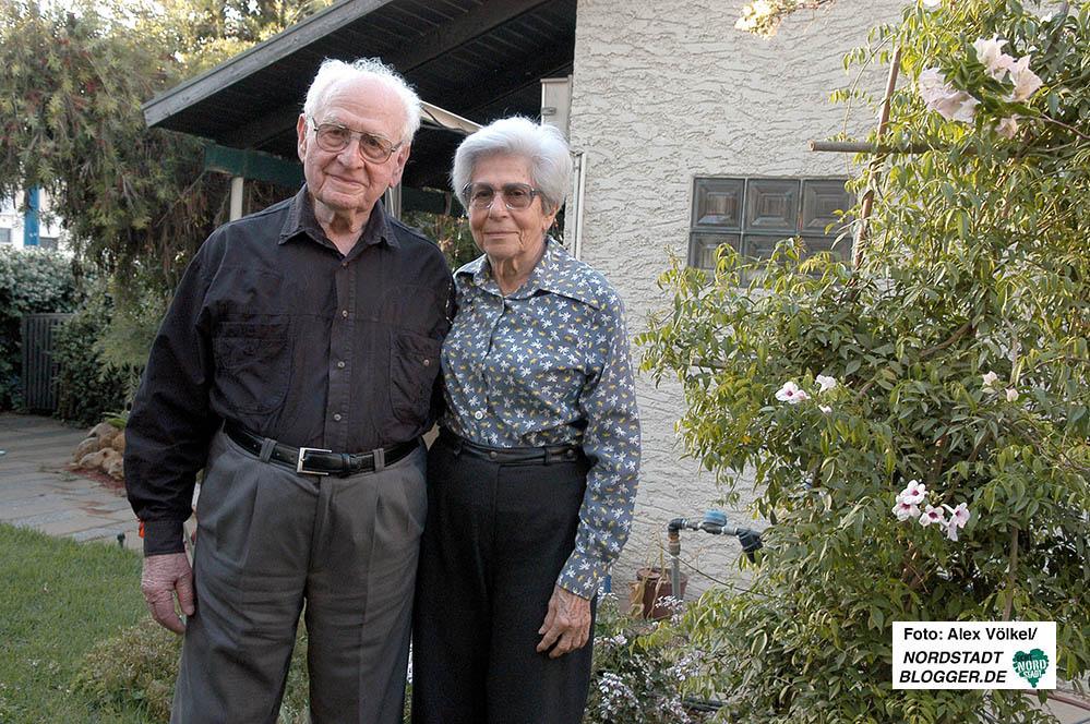 Dr. Abraham Bar Menachem mit seiner Frau Johanna im Jahr 2004 in ihrer kleinen grünen Oase in Netanya.