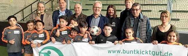 Turnier im Deutschen Fußballmuseum: JungKicker von Real Nordstadt durften den DORTBUNT!-Pokal schon mal anfassen