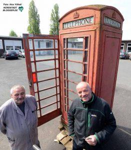 Volker Bach und Thomas Grüner haben die Telefonzelle in Empfang genommen.