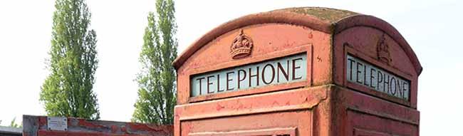 Neue Heimat am Industrielackmuseum im Hafen: Ehrenamtler bringen die englische Telefonzelle wieder auf Vordermann
