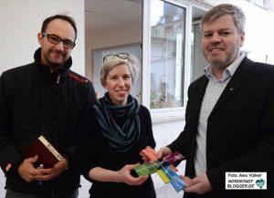 Pastor Daniel Schwarzmann, Nora Oertel-Ribeiro und Uwe Gockel bei der Einweihung.