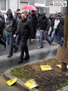 Etwa 240 Neonazis zogen bei strömenden Regen durch Lütgendortmund.