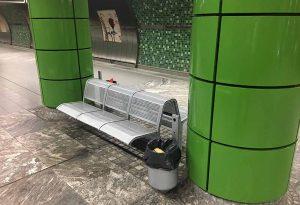 """Auf dieser Bank in der Stadtbahnstation """"Städtische Kliniken"""" kam das Kind zur Welt."""