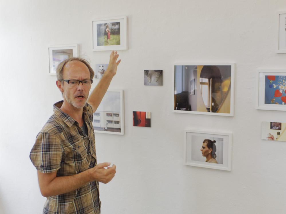 Der im Künstlerhaus ansässige Fotograf Jens Sundheim führt durch die fast fertige Ausstellung. Fotos: Roland Klecker/ dofoto.de