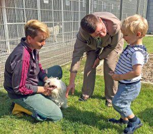 Ein kleines Wollknäuel freute sich über Streicheleinheiten durch Birgit Zoerner und den kleinen Piet. Fotos: Joachim vom Brocke