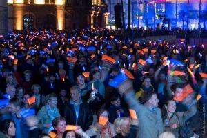 Besucher der Dortmunder DEW21-Museumsnacht bringen den Friedensplatz mit Leuchtstäben von DEW21 zum Strahlen. Foto: Bernd Schmuck