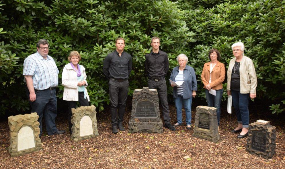 Das Bestattungsunternehmen Hibbeln aus Eving restaurierte die Steine kostenlos. Fotos: Ole Steen