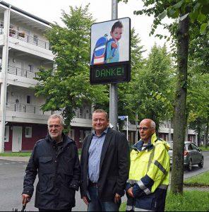 """Haben das """"freundliche"""" Hinweisschild in Betrieb genommen (v.l.): Baudezernent Martin Lürwer, Martin Baranowski (Sierzega Elektronik GmbH) und Frank Spies (Tiefbauamt). Foto: Stadt Dortmund"""