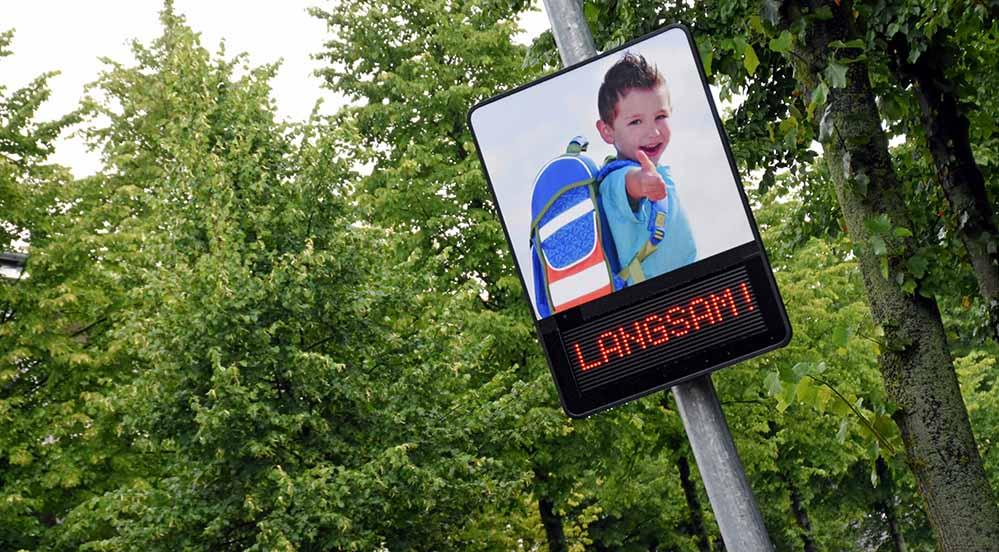 Das sogenannte Dialogdisplay gibt den Autofahrerinnen eine Rückmeldung zur Geschwindigkeit. Fotos: Stadt Dortmund