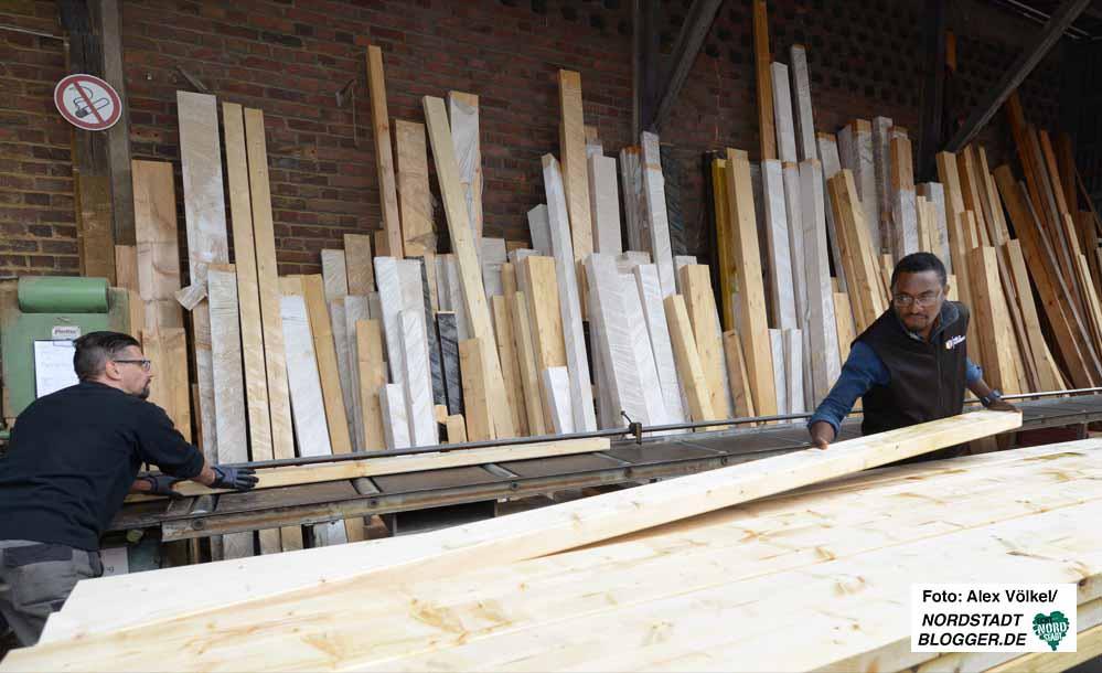 Ugwu Obodoewu Williams macht seine Ausbildung als Sachlagerist bei Holz Kummer. Fotos: Alex Völkel