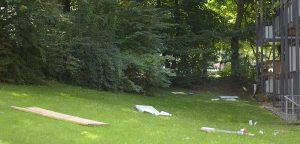 In den Gärten liegt Müll von den Bauarbeiten, der von den Arbeitern nicht weggeräumt wird.