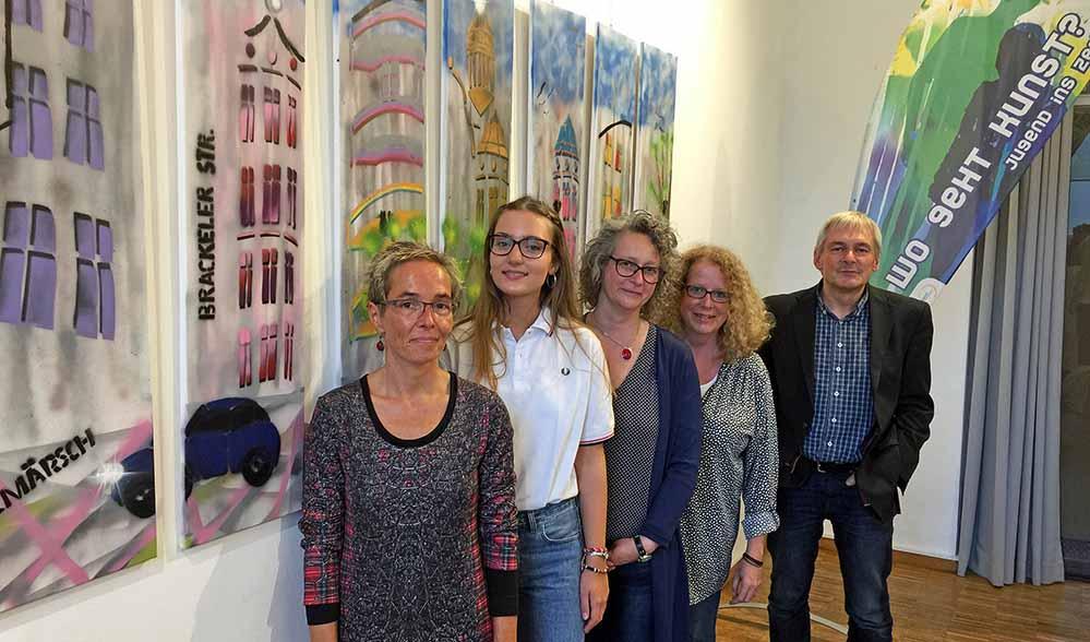 14 Jugendliche präsentieren im Hoeschmuseum ihre Kunstwerke. Von vorne nach hinten: Almut Rybarsch-Tarry (Künstlerin), Lisa Marie Hühn (Teilnehmerin), Tanja Melina Moszyk (Künstlerin), Claudia Möller (begleitende Pädagogin, Michael Dückershoff (Hoesch-Museum)