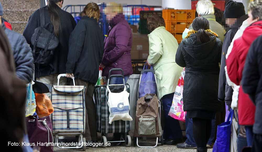 Schlangestehen bei der Tafel - tausende DortmunderInnen sind auf die Hilfe angewiesen.