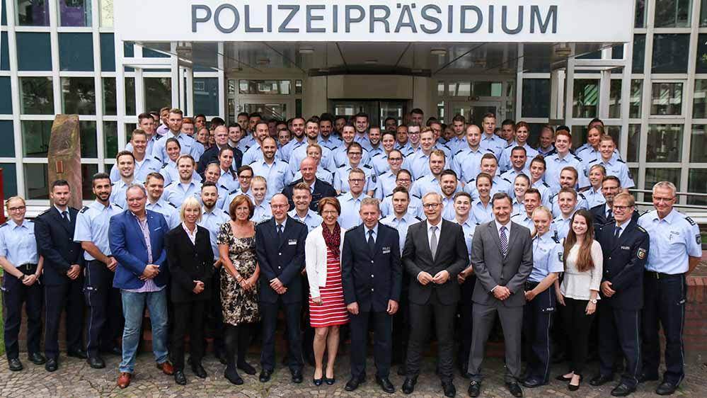 Die neuen Kolleginnen und Kollegen beim Polizeipräsidium Dortmund. Foto: Polizei