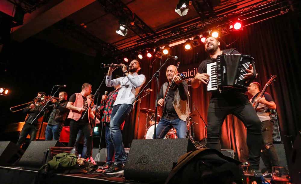 """Mit einem Auftritt der Band """"Mahala Raï Banda"""" wurde das Festival eröffnet."""