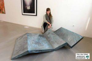 Nina Blum erklärt, mit welchen Materialien sie gearbeitet hat.
