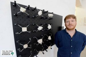 Paul Schwaderer verbindet Körperbewegungen und Kraft zu einem Kunstwerk, das abwechselnd vibrierende Gipsplastiken zeigt.