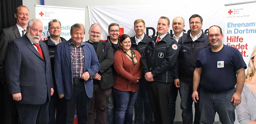 Der neue Vorstand um Peter Bartow (4. Von links) lenkt ab sofort die Arbeit des Deutschen Roten Kreuzes in Dortmund. Foto: DRK