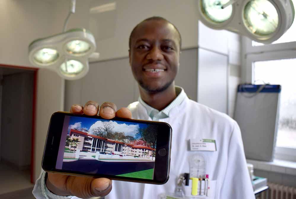 Seit fünf Jahren baut Samuel Okae in seiner Heimat Ghana an einer Klinik für seine Landsleute.