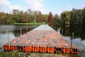 Mit einer breiteren Pontonbrücke über den See im Fredenbaumpark will der Lichter-Weihnachtsmarkt locken.