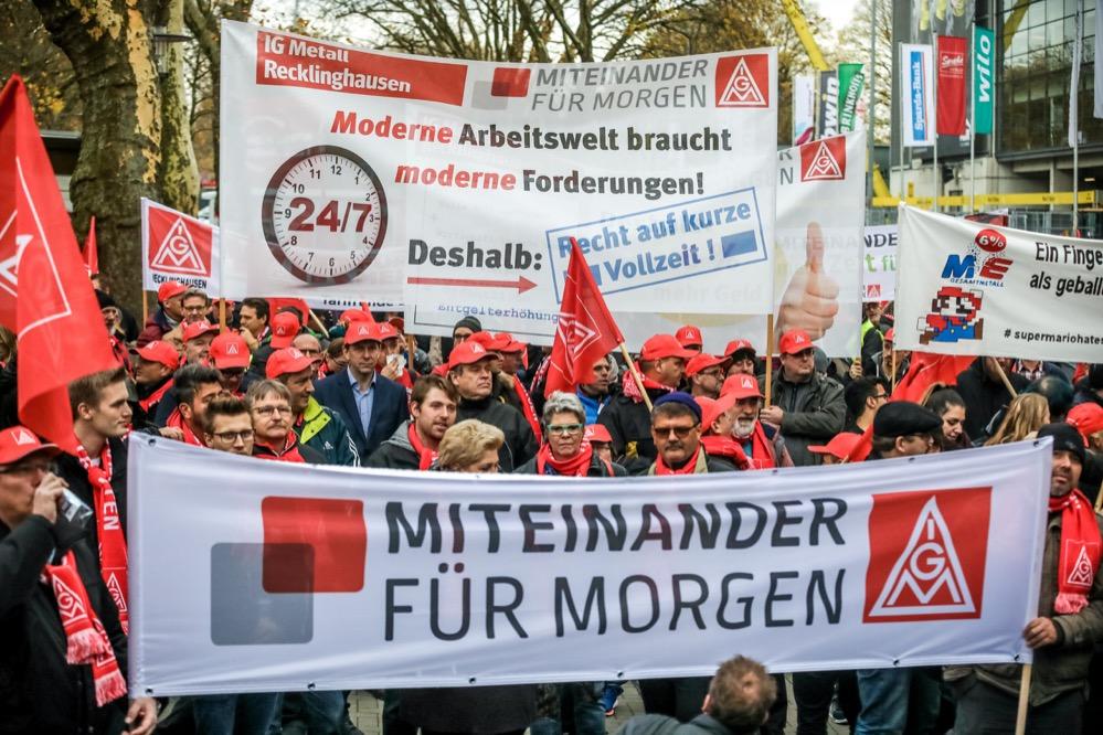 Die IG Metall mobilisiert am für die anstehenden Tarifverhandlungen vor dem Westfalenstadion. Fotos: Thomas Range